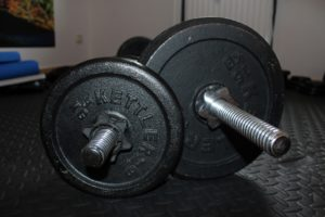 Fitnessraum einrichen mit Hantelset